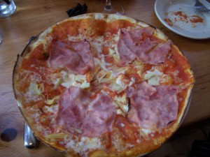 Pizza with artichokes and prosciutto cotto