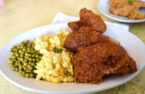 Fried chicken with macaroni and cheese and peas